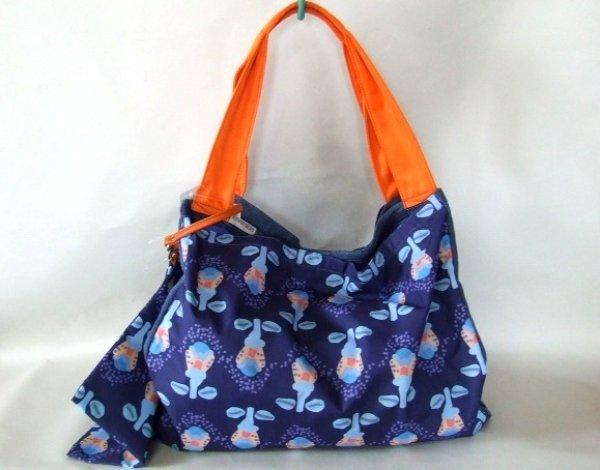 画像1: 【sale】無地デニム&おしゃれな総柄のリバーシブル大きめポーチ付きレディーストートバッグ (1)