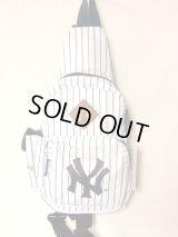 ニューヨークヤンキースピンストライプボディバッグ白
